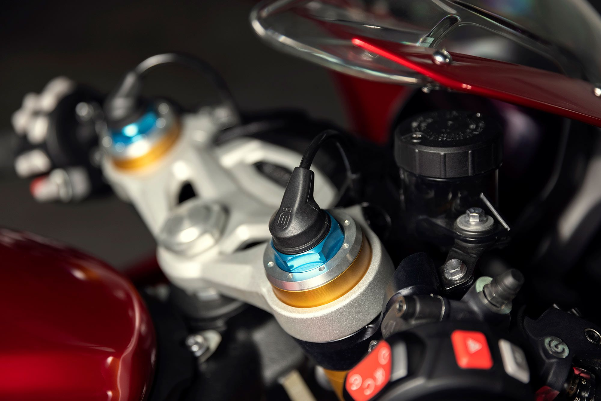 Front and rear Öhlins semi-active suspension on the RR are a step up from the Speed Triple RS' manually adjustable units.