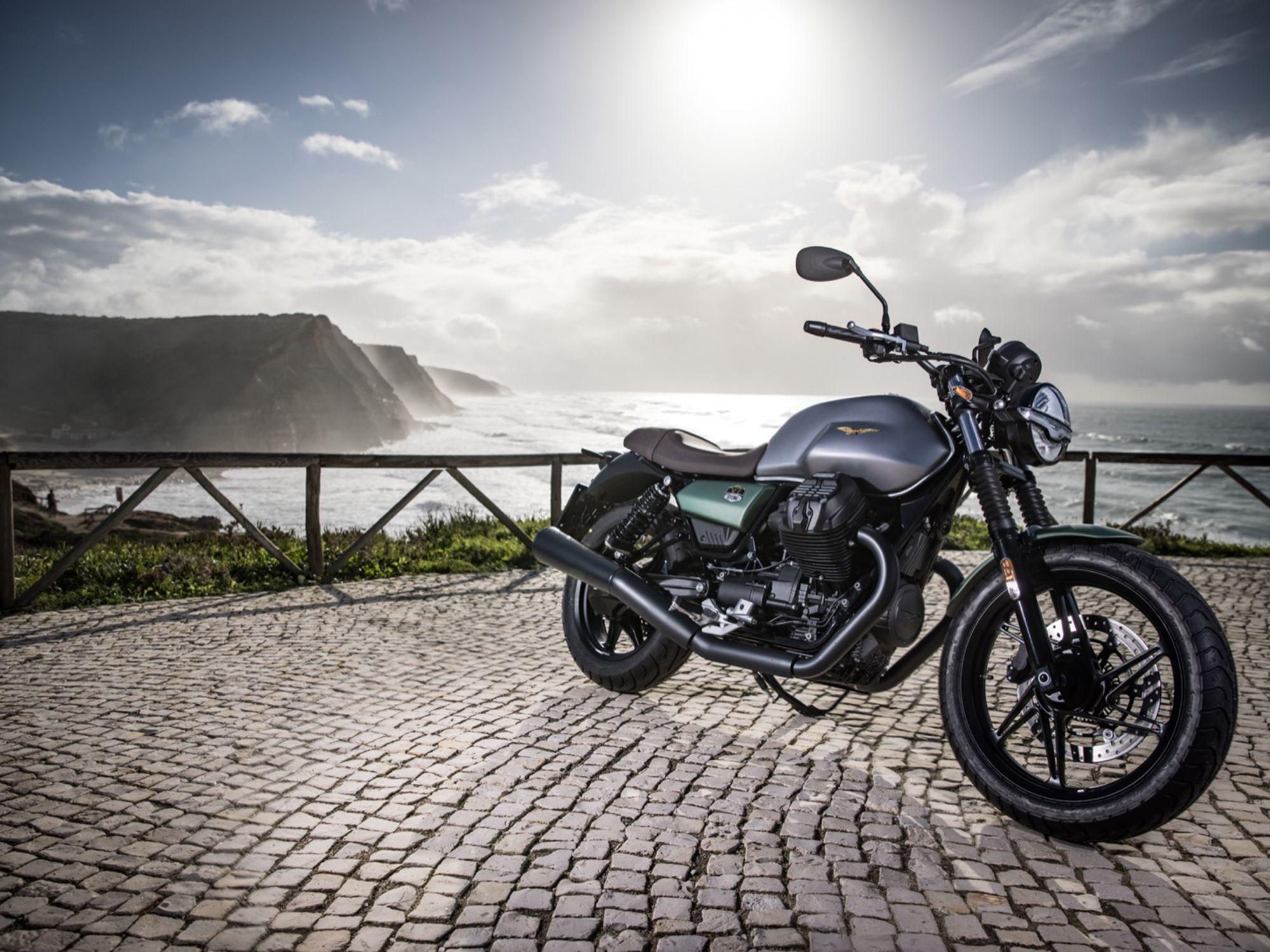Серебристый и зеленый относятся к Moto Guzzi, а серебристый и красный - к MV Agusta. Жаль, что ливрея зарезервирована только на 2021 год. Надеюсь, нам не придется ждать еще 100 лет, пока Гуцци вернет его снова.