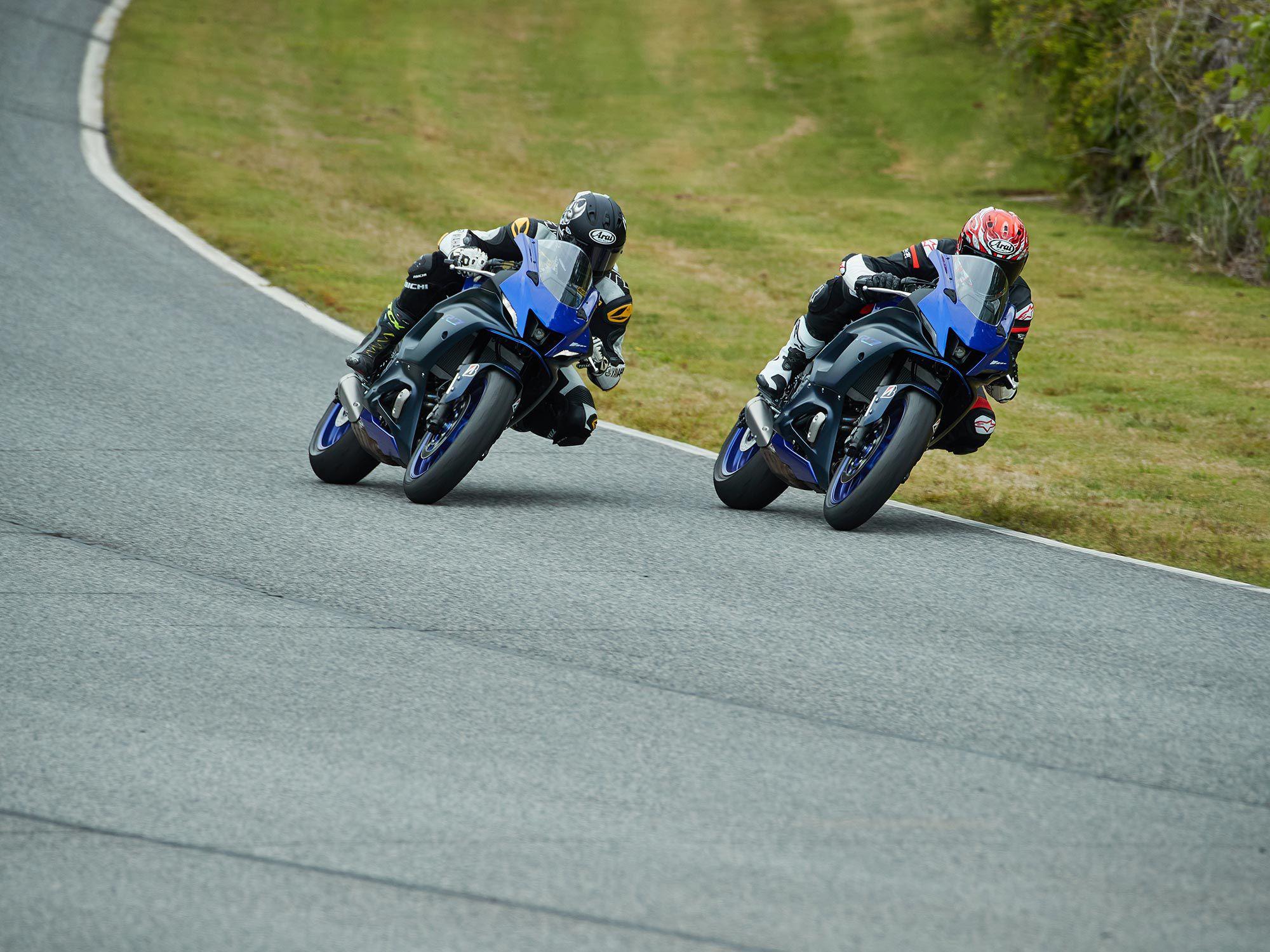 Zet twee of meer YZF-R7's op het goede spoor en je gaat een geweldige tijd tegemoet.  Hoe zit het met de vijfde versnelling wijd open gas geflankeerd door viervoudig Superbike-kampioen Josh Hayes?