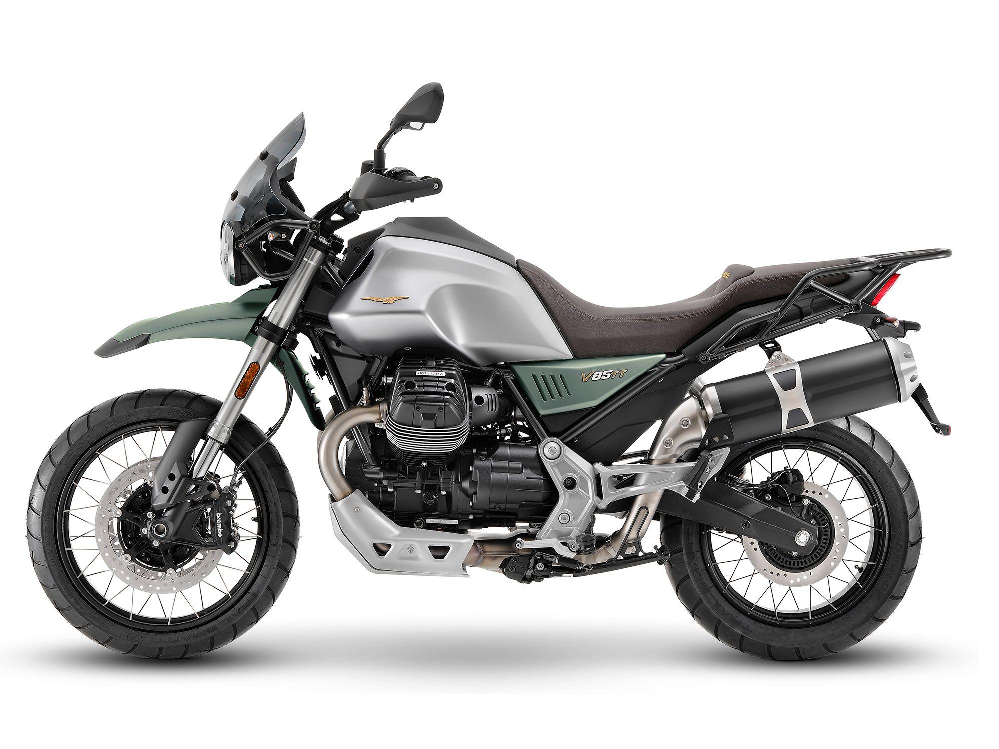 V85 TT 2021 года был обновлен к 2021 году и выглядит очень остро в серебристом и зеленом цветах.