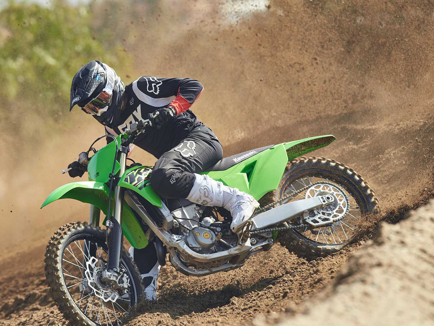 The KX450's frame has an excellent rigidity balance. Its compliancy enables it to help the suspension absorb impacts, yet it's firm enough to allow for precise handling.