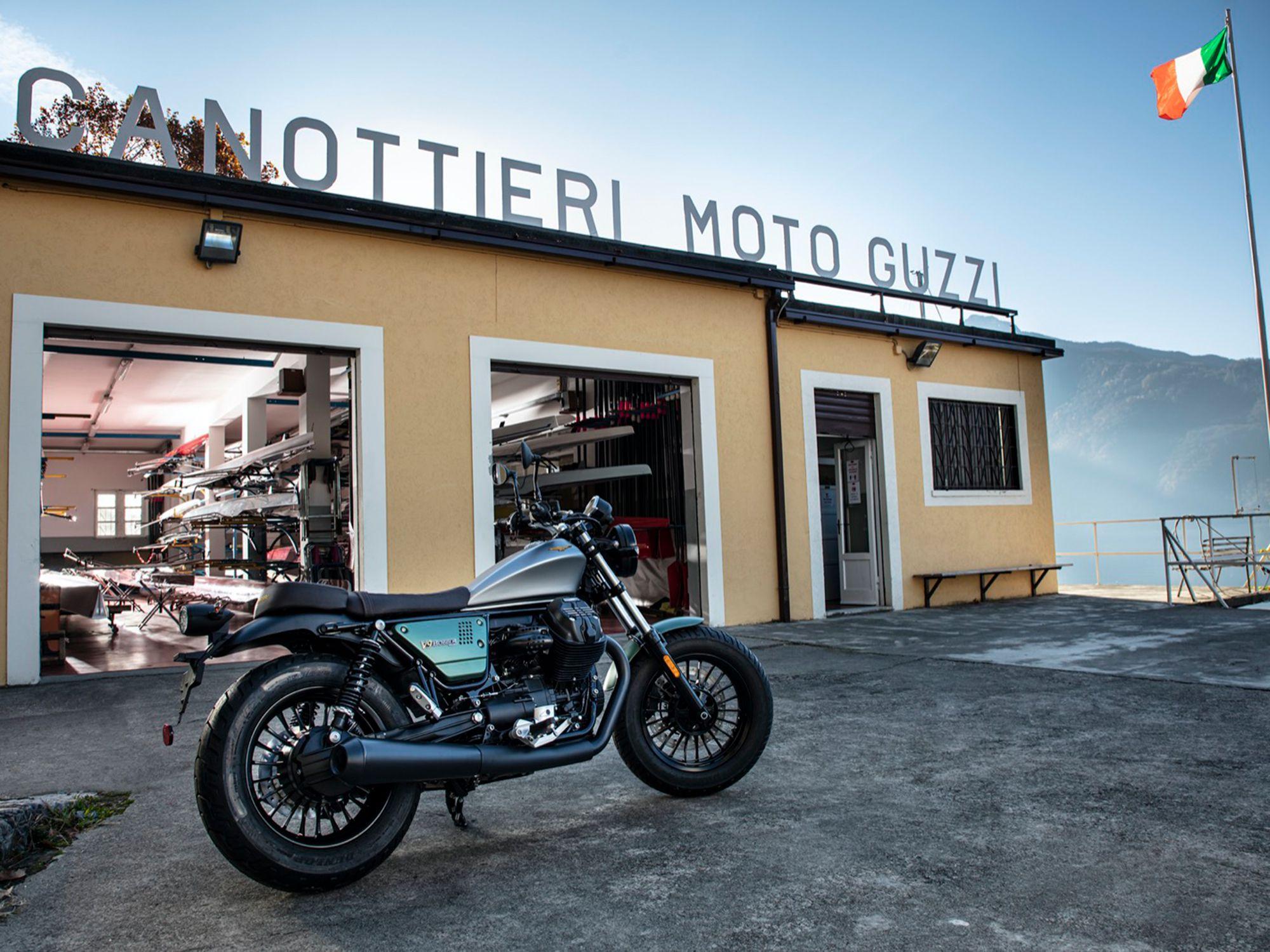 V9 Bobber перед гребным клубом Moto Guzzi. Да, есть гребной клуб.