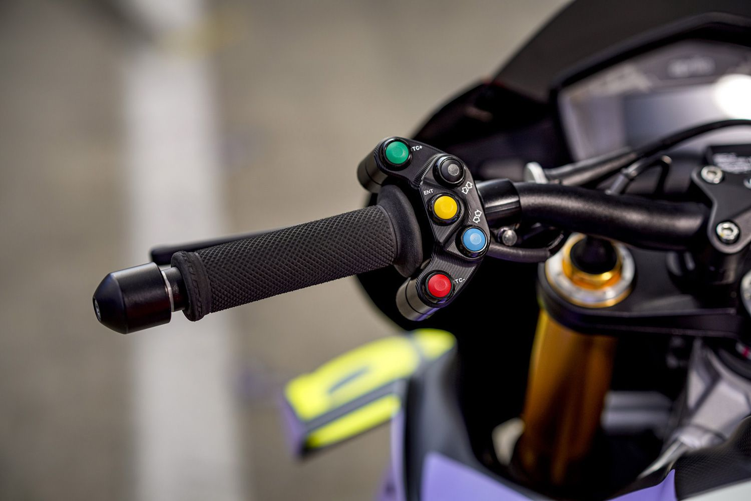 A cluster of selectable mode buttons make their way onto each side of the handlebar.