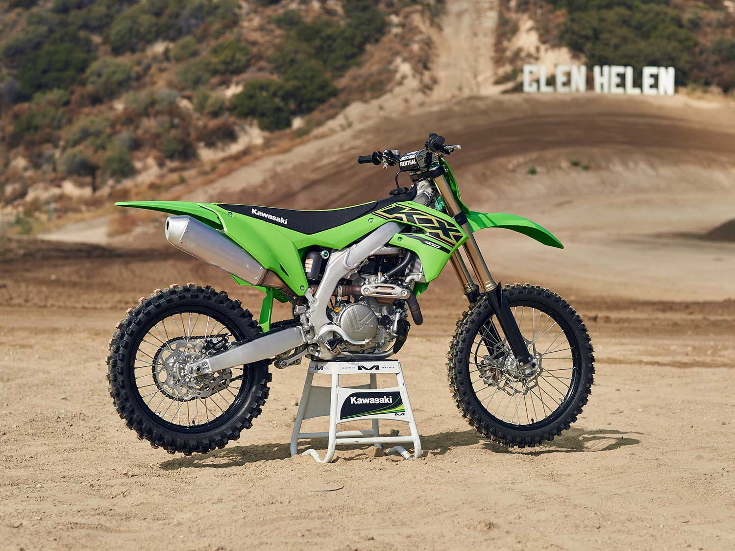 The KX450 receives a few engine updates for 2021 in the form of a new coned disc-spring hydraulic clutch, larger-diameter clutch plates with a revised friction material, and a new dry film lubricant coating on the piston skirt.