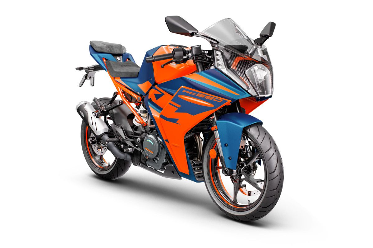 Styling is the most noticeable change, with a more aerodynamic approach seen up front and in the side panels. The bike is also larger than before.