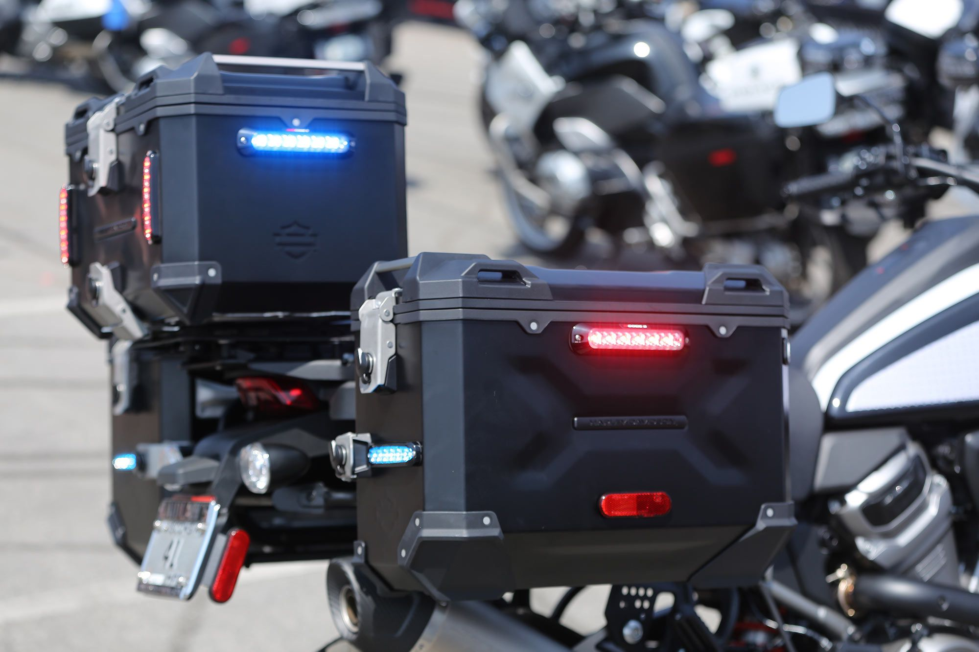 Harley-Davidson hard bags have been equipped with flashing red and blue lights.